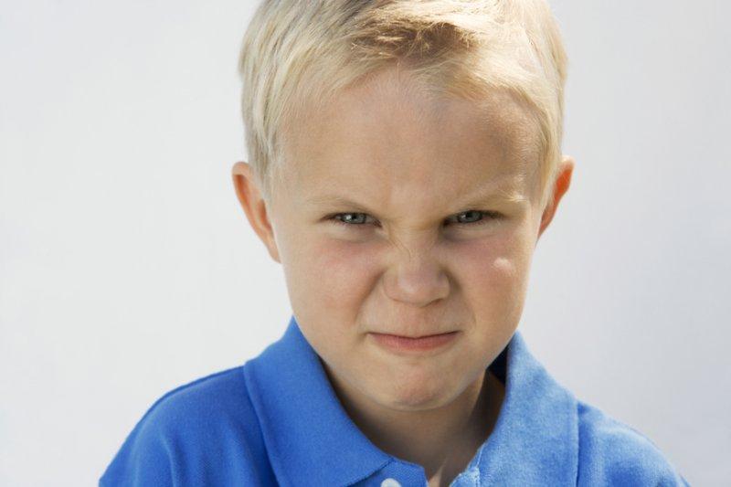 Почему ребенок злится и что делать родителям