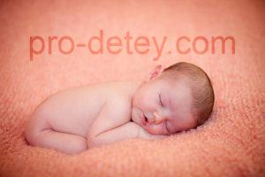 когда новорожденный начинает держать голову