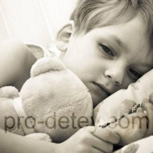 Больной ребенок лежит на кровати