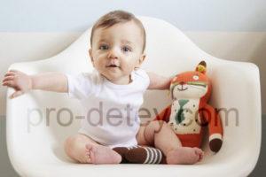 Маленький ребенок (месяцев 7-8) сидит