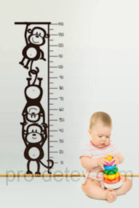Ребенок 6 месяцев сидит рядом с ростометром