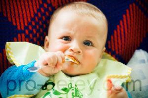 Ребенок (по возрасту) ест с ложки