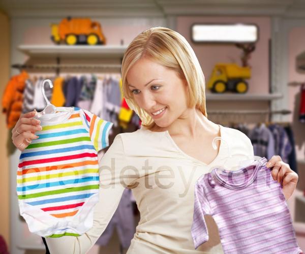 Женщина выбирает вещи