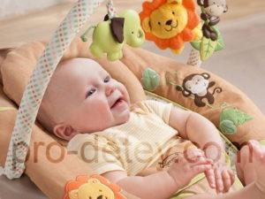 грудной ребенок в детском шезлонге